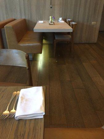 Grand Hyatt Sao Paulo: Dirty floor at dinning area!