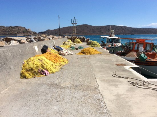 Plaka, Yunanistan: Panorama dal mare e negozi