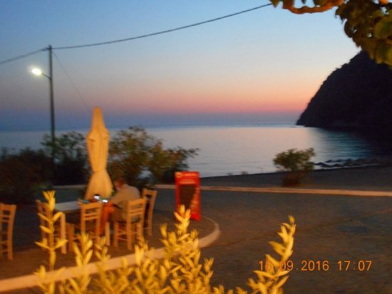 Agia Roumeli, Grekland: Looking from the taverna during dinner