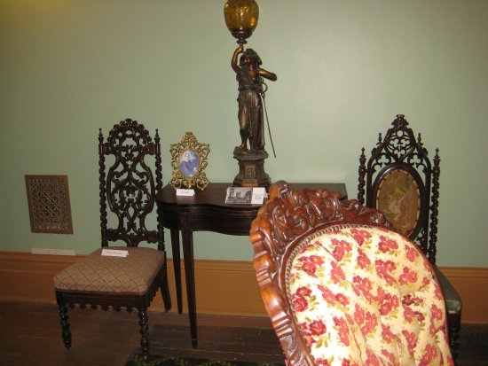 Altoona, Pensilvania: Ornately Carved Chairs