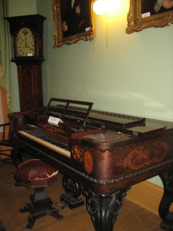 Altoona, Pensilvania: View of the Antique Piano and Grandfather Clock