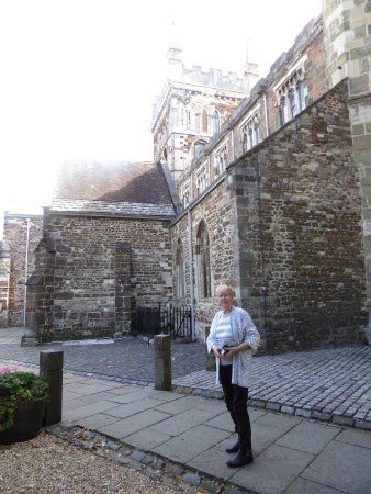 Уимборн-Минстер, UK: In the courtyard ready to visit the Minster