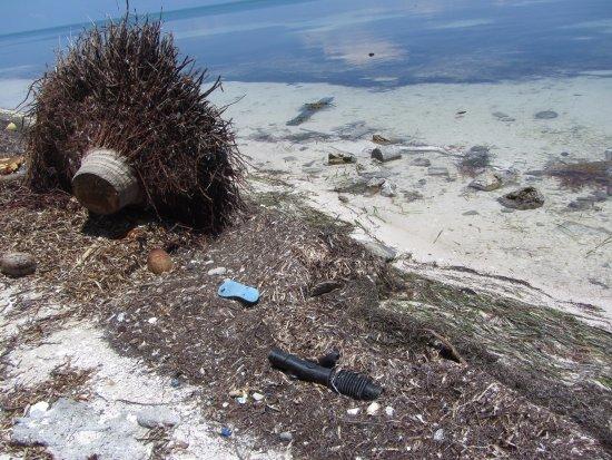 St. George's Caye, Belize: Mas basura