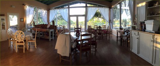 Amado Territory B&B: Beautiful dining area with a great view of the mountains.