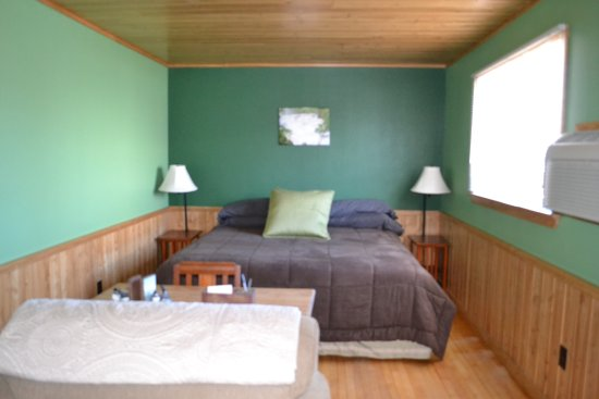 Ely, MN: The Evergreen Room (sleeps 3 persons)