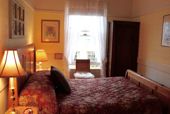 San Remo Hotel: Double Bed with Sink - shared bathrooms