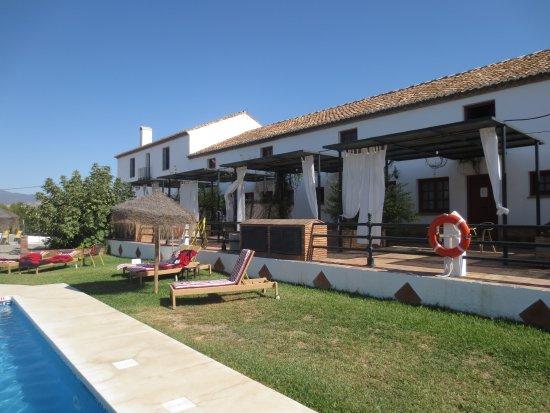 Pizarra, İspanya: Zicht op de kamers met terras vlakbij het kleine zwembad.