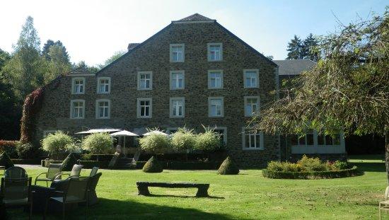 Daverdisse, Belgium: L'hôtel vu du jardin
