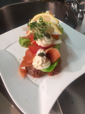 Castlemaine, Irlanda: Open brown bread smoked salmon salad sandwich
