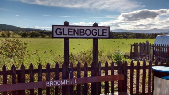 "Эвимор, UK: The Glenbogle signage used for ""Monarch Of The Glen"" at the Broomhill station"