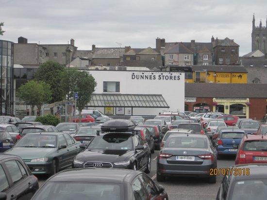 Kilkenny Hibernian Hotel: Dunnes store o Kytlers yellow wall