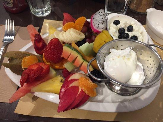 Rosemere, Канада: Super bon restaurant déjeuner avec de généreuses portions, d'excellents fruits (fruit de la pass