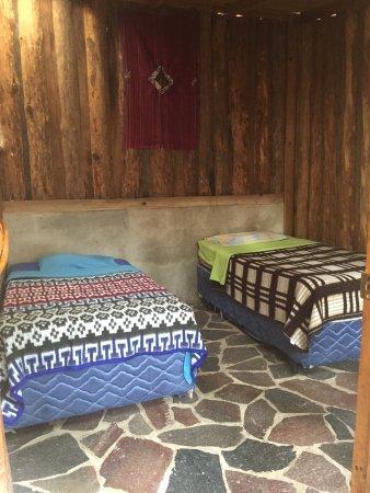 San Marcos La Laguna, Guatemala: Habitacion con baño compartido y camas separadas...