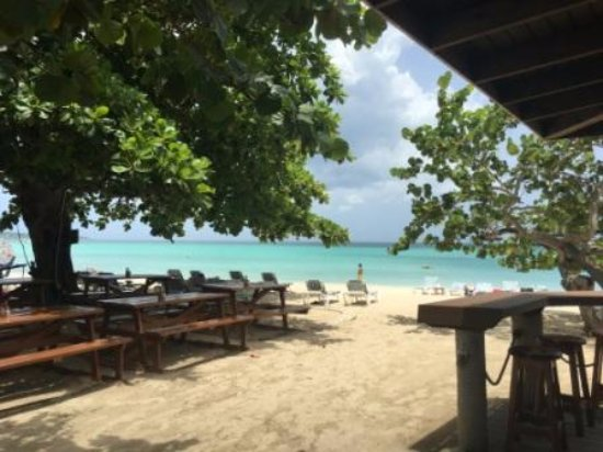 CocoLaPalm Resort: View from the Beach Bar & Grill of the 7 mile beach