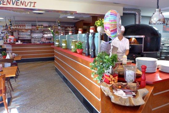 Siegburg, Allemagne : Der Eingangsbereich mit Bar und offener Küche