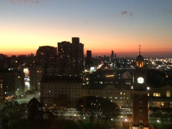 Sheraton Buenos Aires Hotel & Convention Center: Vista a la Plaza de los Ingleses casi anocheciendo.