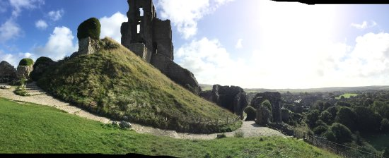 Corfe Castle, UK: Sitting halfway up