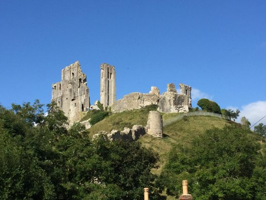 Corfe Castle, UK: Looking up at the ruins from the side