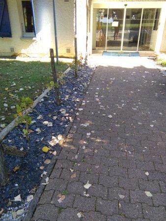 Kyriad Besancon - Ecole Valentin: entrée de l'hotel , feuilles pas ramassées depuis des jours et des jours