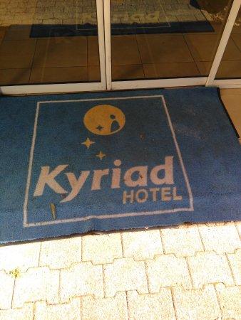 Kyriad Besancon - Ecole Valentin: pallaisson à l'entrée de lhotel...agrandissez l'image ...pas lavé depuis des années