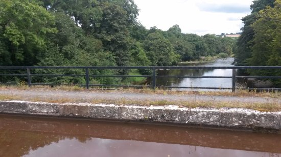 Brecon Beacons National Park, UK: canal over the river usk