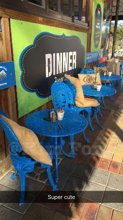 Ohakune, Nowa Zelandia: Colorful outdoor seating.