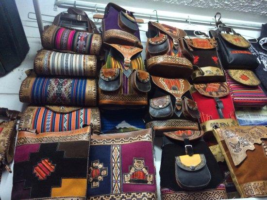 Centro Artesanal Cusco : Bolsas diferentes e com bom preço