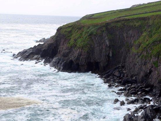 Ventry, Irlanda: The cliffs at Dunbeg Fort