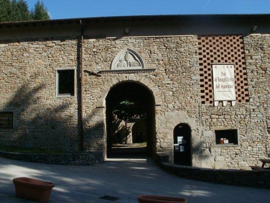 Firenzuola, Italie : Ecco come si presenta oggi l'entrata dell'antica badia di Moscheta.