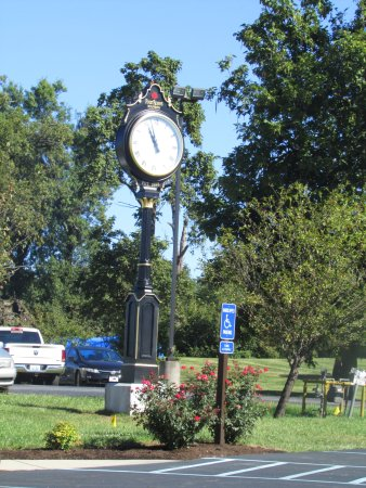 Lawrenceburg, Κεντάκι: Clock in parking lot