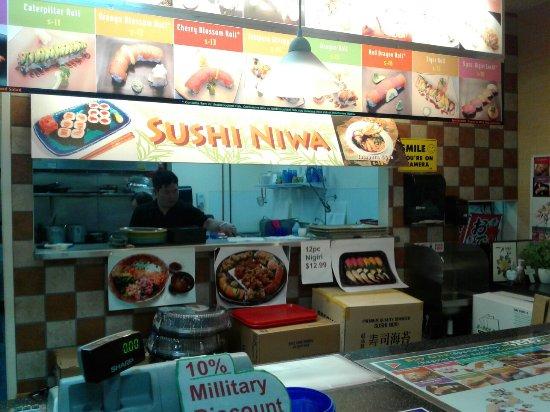 Lakewood, Etat de Washington : Walk up stand with lots of maki sushi