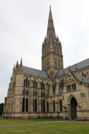 Salisbury Cathedral: Salisbury Catedral at its best. Beauty abounds.
