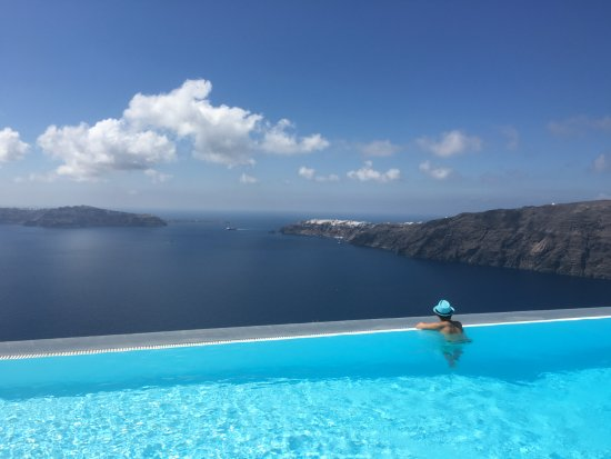 Anastasis Apartments: View of Oia & Caldera from the pool