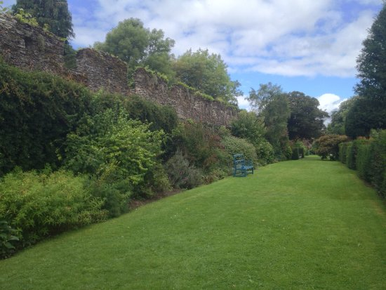 Lismore, Ireland: Well mainted peaceful gardens with castle wall backdrop
