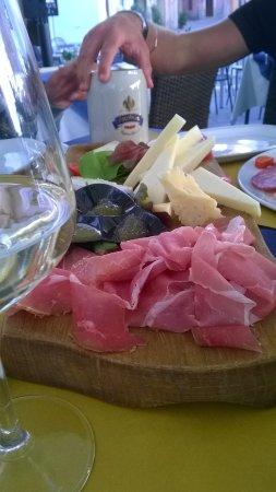 Muggia, Italia: tagliere ( S.Daniele, formaggi misti e mostarde)