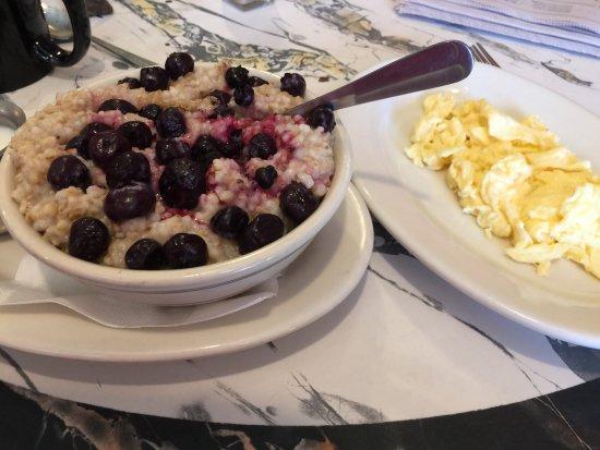 Blue Moon Cafe: Real oatmeal and a side egg. Fresh!