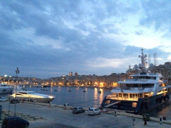 Birgu (Vittoriosa), Malta: Sur le chemin, des yachts fabuleux !