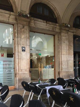 main front door picture of roma reial hotel barcelona tripadvisor rh tripadvisor co za