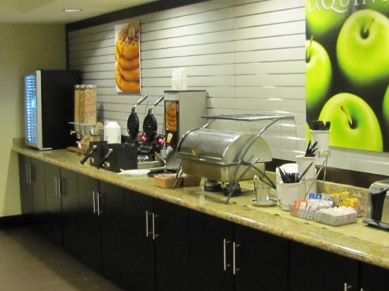 La Quinta Inn & Suites Tampa North I-75: Breakfast food area, neat and clean
