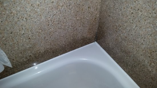 Seffner, FL: Discoloration of marble walls in bathtub.