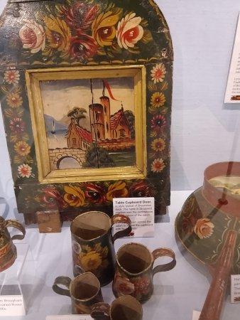 Stoke Bruerne, UK: Beautifully painted canalware