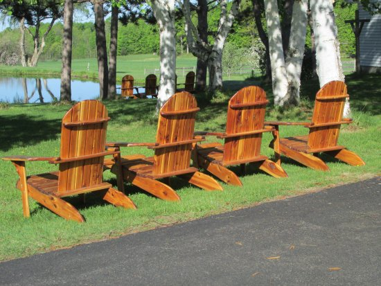 Canton, Нью-Йорк: Relax in Amish Adirondack chairs by the pond.