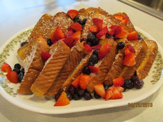 Canton, Нью-Йорк: French toast w/fresh strawberries & blueberries w/pure maple syrup.