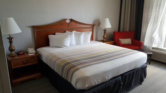 Country Inn & Suites By Carlson, Port Canaveral: no comforter, was like a sheet