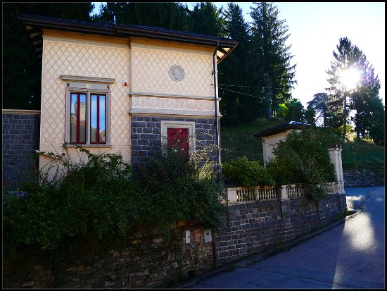 Ameno, Italien: La vista dalla finestra della nostra camera che dava sul paese