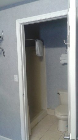 Smithville, Nueva Jersey: Not much of a bathroom. NO TUB as stated on website. and full of mold