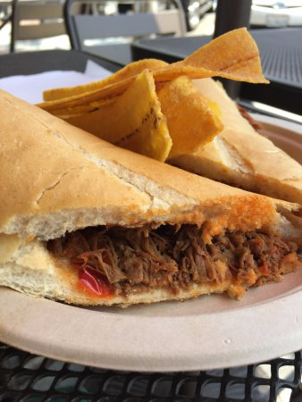 Glendale, Καλιφόρνια: Ropa vieja sandwich with plantain chips