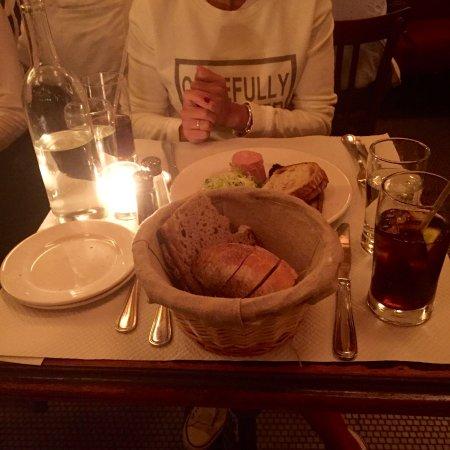 Balthazar: detalle de la mesa. Sólo nos habían traído el plato para compartir y no había sitio!!!