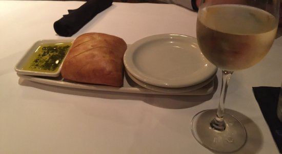 Victor, NY: Delicious bread with dipping oil, LaTerre Chardonnay-no Oak and delightful!