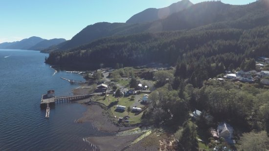 Tahsis, Kanada: Drone shot looking out the inlet